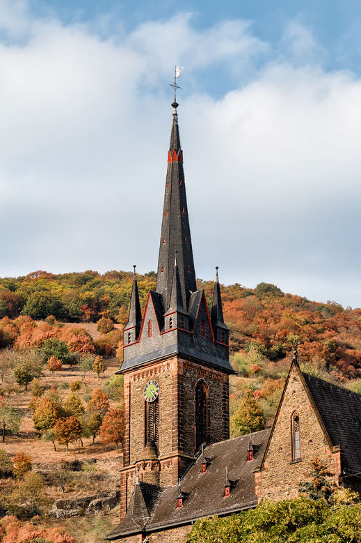 Kirchturm der katholischen Kirche in Lorchhausen am Rhein -hochkant