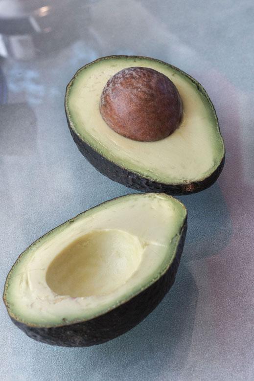 Avocado-halbierte Frucht mit Kern