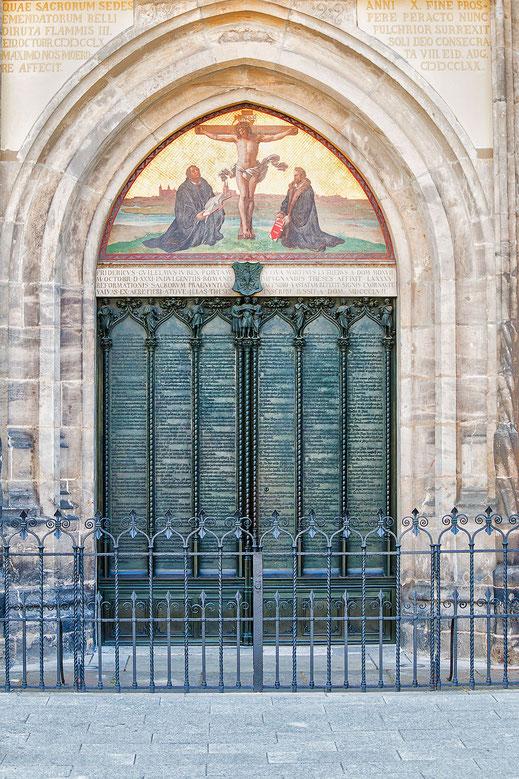Luthers 95 Thesen an der Thesentür der Schlosskirche in Wittenberg