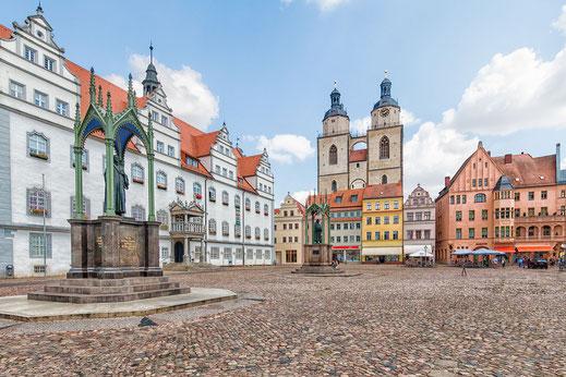 Marktplatz mit Stadtkirche und Rathaus in Wittenberg. Im Vordergrund das Luther-Denkmal