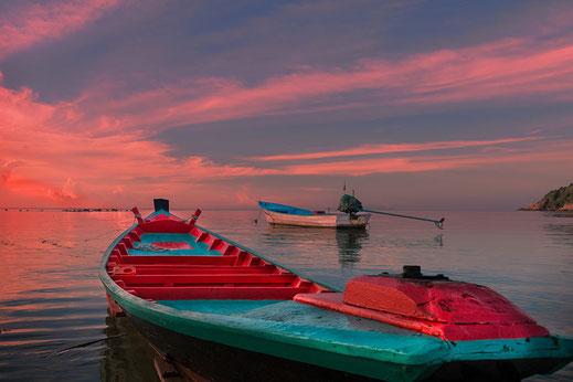 Kleine Boote im Sonnenuntergang am Haad Salad Strand auf Koh Phangan