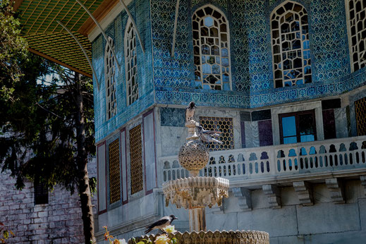 Vögel sitzen auf dem Marmorbrunnen in den Gärten des Topkapi Palast in Istanbul- Fotos kostenlos downloaden bei www.mjpics.de