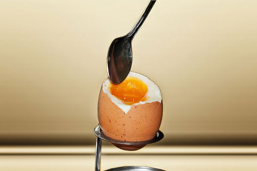 Mittelweich gekochtes Frühstückei im Eierbecher mit Löffel © Jutta M. Jenning