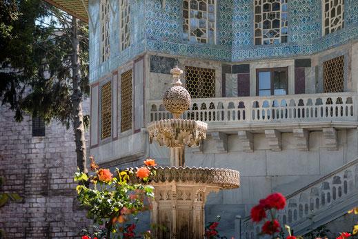 Marmorbrunnen in den schönen Gärten des Topkapi Palast in Istanbul-Fotos aus Istanbul kostenlos downloaden bei www.mjpics.de