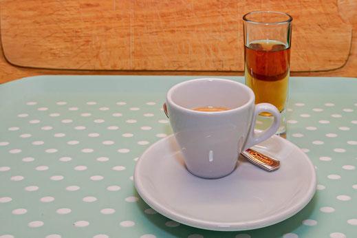 Caffè Corretto in weisser Espressotasse