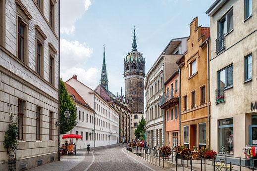 Strasse in Wittenberg. Im Hintergrund die Schlosskirche