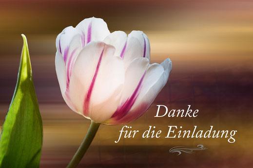 """Grußkarte-""""Danke für die Einladung"""" mit weiss-lila farbener aufgeblühter Tulpe mit Blättern und Knospe."""