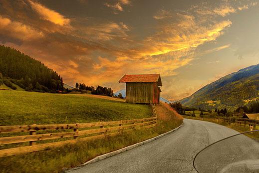 Motorradtour durch malerische Landschaft in Tirol