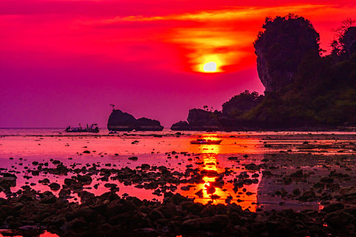 Glutroter Sonnenuntergang am Tonsai Beach in Krabi Thailand