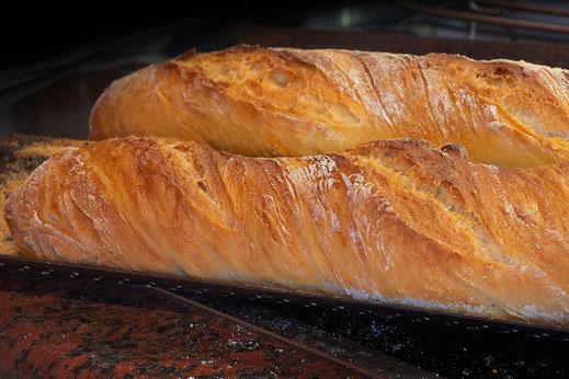 Fertig gebackenes knuspriges Baguette