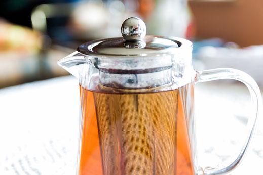 Glas-Teekanne mit schwarzem Tee