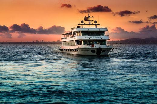 Fährschiff im Sonnenuntergang auf dem Bosporus