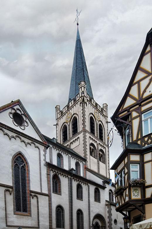 Kirchturm der Sankt Peterskirche in Bacharach am Rhein-hochkant © Jutta M. Jenning/mjpics.de