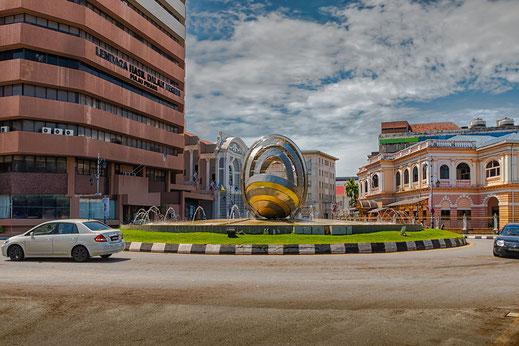 Das Gebäude des Finanzamtes in Georgetown Penang neben dem Kreisel mit Skulptur
