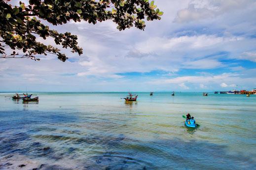 Kleine Fischerboote auf Koh Samui fahren bei ruhiger blauer See hinaus aufs Meer