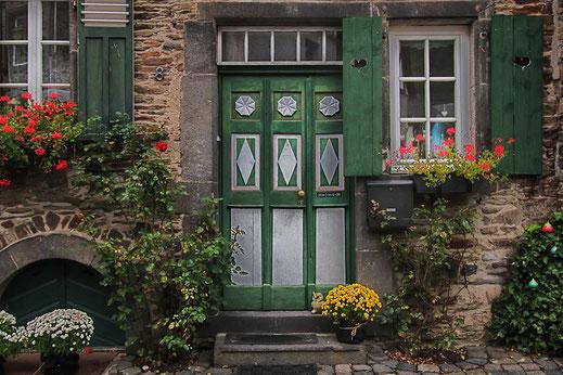 Grüner Hauseingang in Monschau mit Blumen geschmückt © mjpics.de