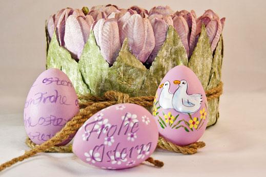Rosafarbene Ostereier mit einem Herz von  Tulpenblüten-Grusskarte Ostern