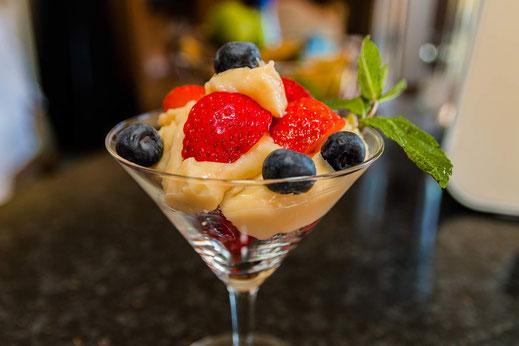 Crema pasticcera-Konditorcreme mit Beeren, serviert in einem Martiniglas