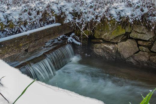 Wasserfall am Wehr im Winter mit Schnee © Jutta M. Jenning www.mjpics.de