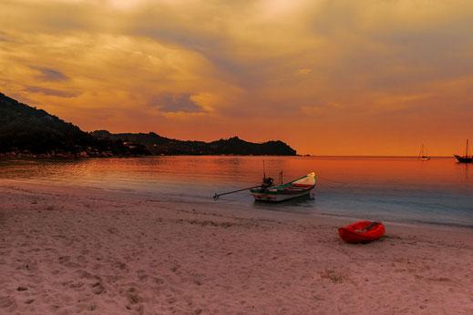 Sonnenuntergang mit Booten am Thong Nai Pan Yai Beach auf Koh Phanghan