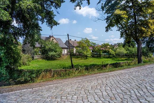 Idyllisches Dorf mit Kopfsteinpflaster in Polen