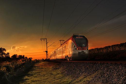 Mit der S-Bahn im Sonnenaufgang unterwegs