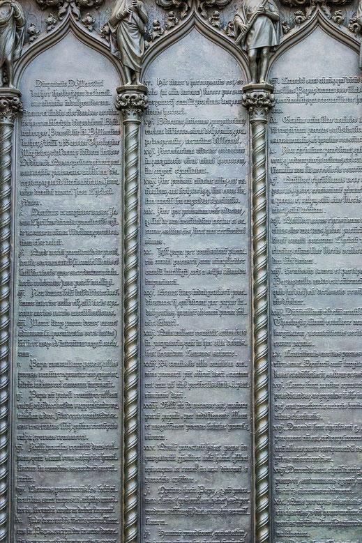 Auszug aus Luthers 95 Thesen an der Thesentür der Schlosskirche in Wittenberg