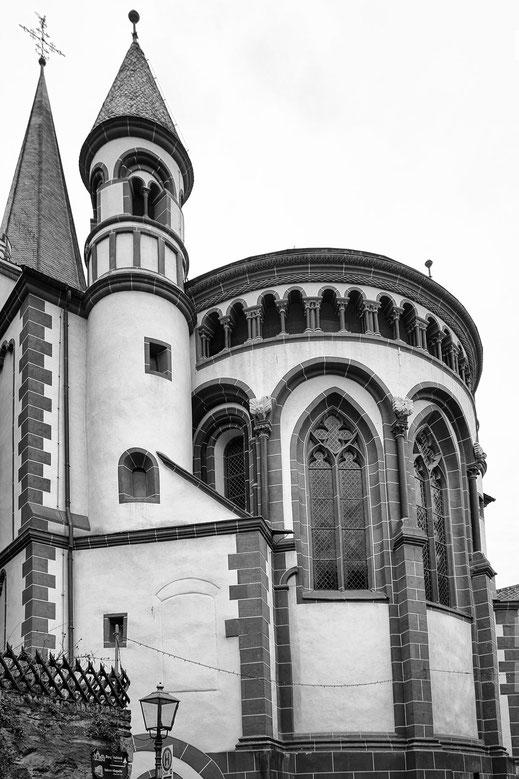 Sankt Peterskirche in Bacharach am Rhein-monochrome hochkant © Jutta M. Jenning/mjpics.de