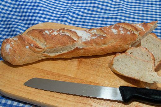 Selbstgebackenes französisches Baguette angeschnitten