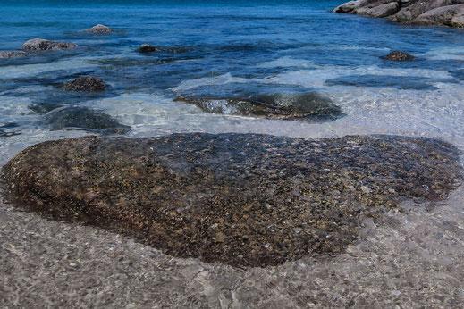 Steine im azurblauen Meer in einer der schönsten Buchten von Langkawi Island - Tanjung Rhu