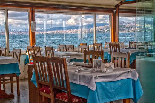 Wunderschönes Restaurant auf der Prinzeninsel Büyükada mit Blick auf das Marmarameer und die Skyline von Istanbul