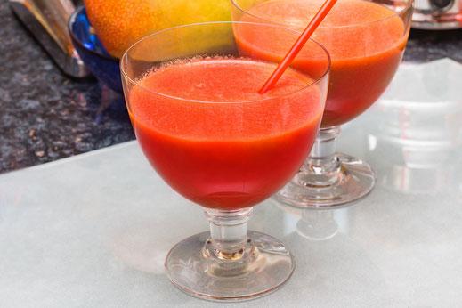Zwei Glasschalen auf weisser Glasplatte mit Detox-Smoothie Rote Beete