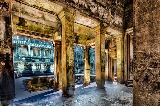 Goldene Säulen in der Tempelanlage Angkor Wat Kambodscha © mjpics