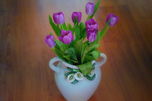 Tulpenstrauß lila in Bauernvase © Jutta M. Jenning ♦ mjpics.de