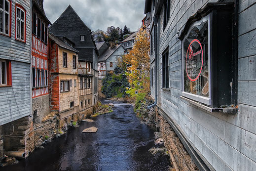 Die Rur fließt zwischen den Häusern in Monschau © Jutta M. Jenning