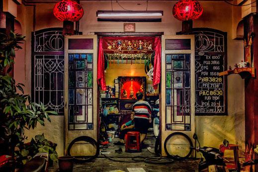 Ein privater Blick in eine Moped-Reparaturwerkstatt in Georgetown auf der Insel Penang.