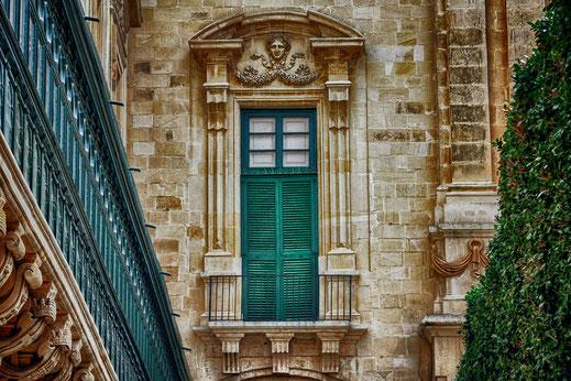 Venezianischer Balkon und Fenster mit grünem Klappläden in einem Palastes in Valletta