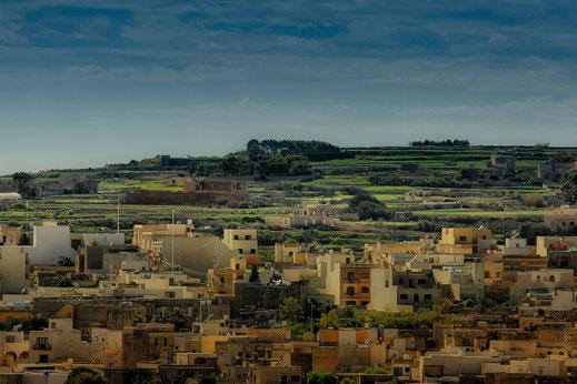 Blick auf Gozo mit seinen Häusern und der grünen hügeligen Landschaft
