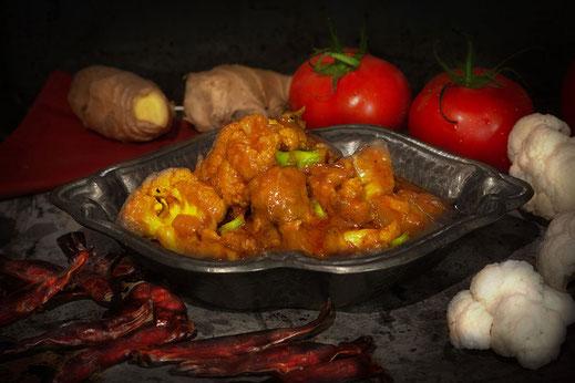 Hähnchen-Blumenkohl-Curry mit Kartoffeln ♦ indisches Gericht ♦ © www.mjpics.de