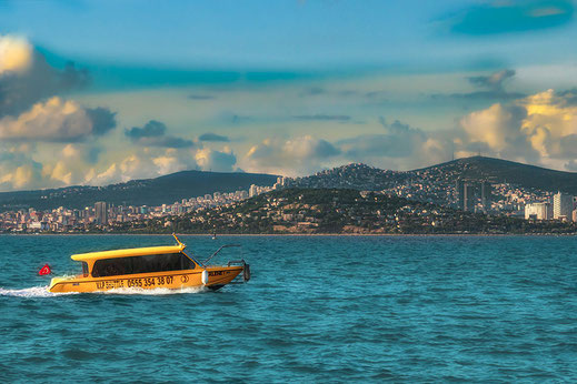 Wassertaxi auf dem Marmarameer mit der Skyline von Istanbul