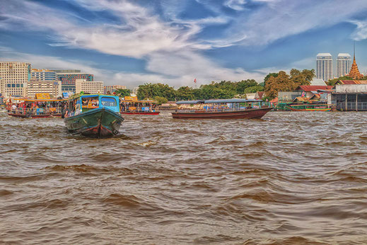 Boote auf dem Chao Phraya in Bangkok © www.mjpics.de