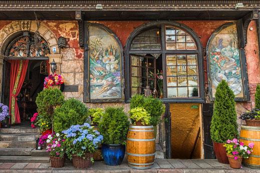 Malerischer Eingang eines Restaurants in Warschau