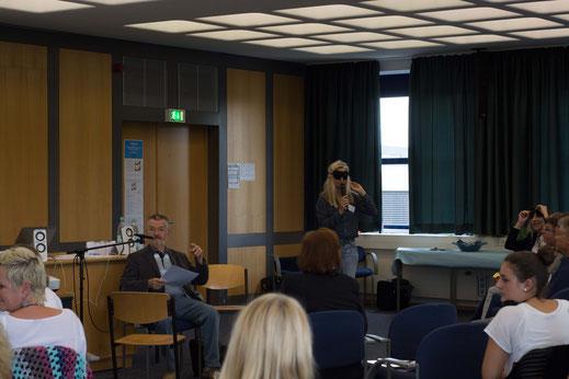 Moderatorin Dr. Iris Schubert (re) übergibt das Wort an Prof. Möllmann (li)