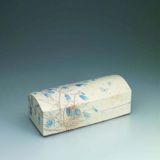 つりがね草チョーク描文筥 Box with bell flower design in chalk drawing 17.0 × 41.5 × 15.0 荒井ゆきえ (c) Yukie Arai