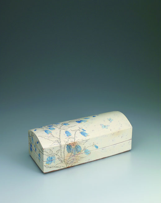 つりがね草チョーク描文筥 Box with bell flower design in chalk drawing 17.0 × 41.5 × 15.0 (c) Yukie Arai
