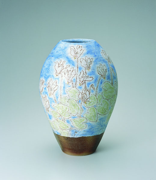 かがり火花チョーク描文壺 Jar with cyclamen design in chalk drawing 26.0 × 26.0 × 37.0 (c) Yukie Arai