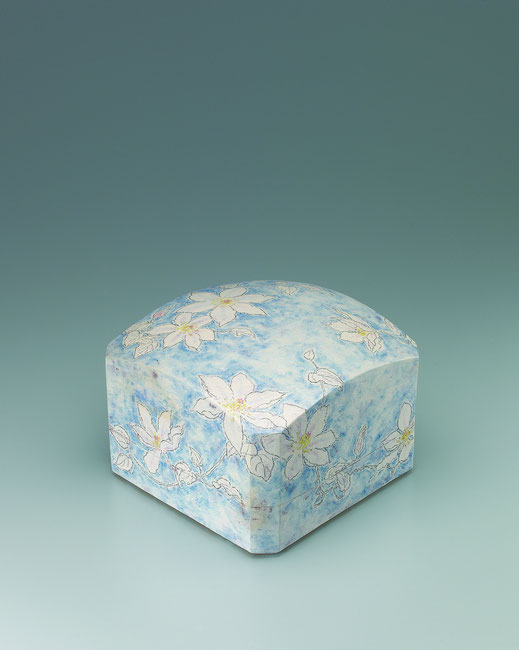 てっせんチョーク描文筥 Box with clematis design in chalk drawing 24.5 × 24.5 × 18.0 (c) Yukie Arai