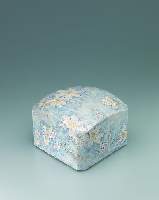 てっせんチョーク描文筥 Box with clematis design in chalk drawing 24.5 × 24.5 × 18.0 (c) Yukie Arai