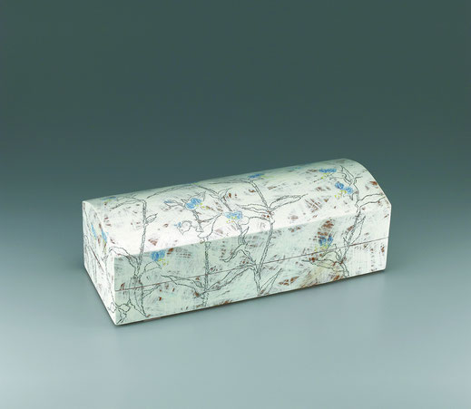 つゆ草と蝶チョーク描文筥 Box with day flower and butterfly design in chalk drawing 16.0 × 41.0 × 13.8 荒井ゆきえ (c) Yukie Arai