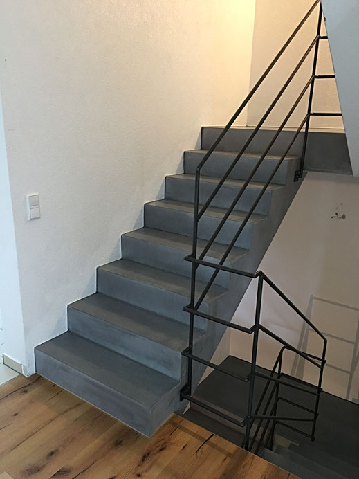 Fertigteil Treppe verkleidet mit Sichtbeton Winkelstufen